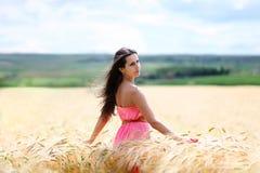Mujer hermosa en el campo de trigo Imagen de archivo