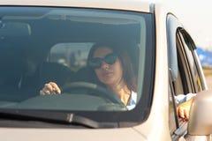 Mujer hermosa en el coche fotos de archivo libres de regalías