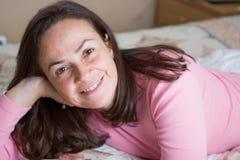 Mujer hermosa en el dormitorio Imagenes de archivo