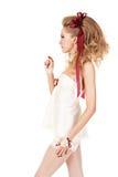 Mujer hermosa en el estilo de la muñeca con el arco rojo Imágenes de archivo libres de regalías