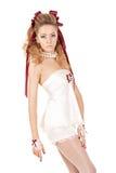 Mujer hermosa en el estilo de la muñeca con el arco rojo Imagenes de archivo