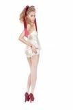Mujer hermosa en el estilo de la muñeca con el arco rojo y los zapatos rojos Fotos de archivo libres de regalías