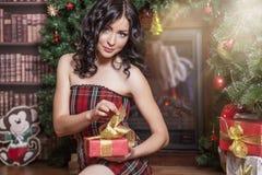Mujer hermosa en el estilo del Año Nuevo con un regalo en manos Imagenes de archivo