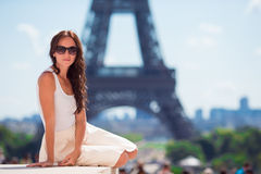 Mujer hermosa en el fondo de París la torre Eiffel Imagen de archivo libre de regalías