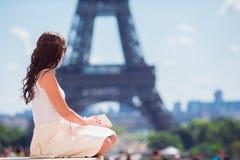 Mujer hermosa en el fondo de París la torre Eiffel Fotos de archivo