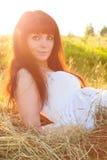 Mujer hermosa en el haystack. Imagen de archivo libre de regalías