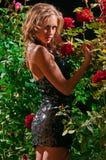 Mujer hermosa en el jardín Fotografía de archivo libre de regalías