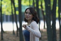 Mujer hermosa en el jardín con el fondo místico foto de archivo