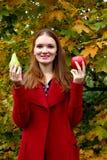 Mujer hermosa en el jardín con las manzanas y la pera fotografía de archivo