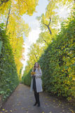 Mujer hermosa en el jardín del verano Imágenes de archivo libres de regalías