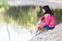 Mujer hermosa en el lago imagen de archivo libre de regalías