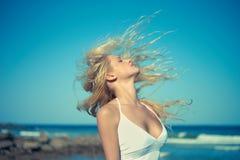 Mujer hermosa en el mar Foto de archivo libre de regalías