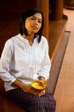 Mujer hermosa en el pórtico tailandés tradicional Fotos de archivo libres de regalías