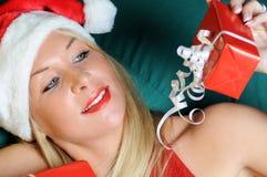 Mujer hermosa en el paño de Santa con los regalos Imagen de archivo libre de regalías