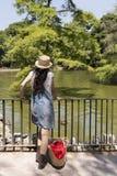 Mujer hermosa en el parque imágenes de archivo libres de regalías