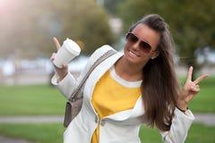 Mujer hermosa en el parque con Victory Sign Imagen de archivo