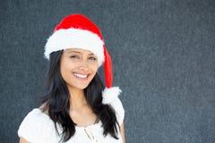 Mujer hermosa en el sombrero de Papá Noel Fotografía de archivo