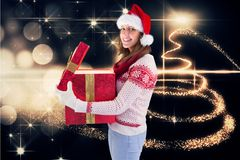 Mujer hermosa en el sombrero de santa que sostiene el regalo de la Navidad Fotos de archivo libres de regalías