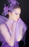 Mujer hermosa en el sombrero violeta con los ojos cerrados fotografía de archivo