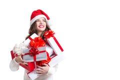 Mujer hermosa en el sombrero y los regalos de santa Fotografía de archivo libre de regalías