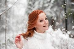 Mujer hermosa en el suéter blanco en bosque nevoso Imagen de archivo libre de regalías