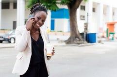 Mujer hermosa en el teléfono con una sonrisa hermosa Imagen de archivo