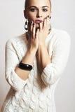 Mujer hermosa en el vestido de lana blanco. Moda del estilo de la arena manicure.hairless.winter de la joyería y de Beauty.girl.or Fotos de archivo libres de regalías