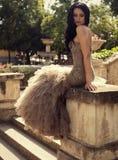 Mujer hermosa en el vestido lujoso que presenta en el parque del verano Imagen de archivo libre de regalías