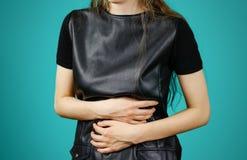 Mujer hermosa en el vestido negro que tiene su período Muchacha triguena en la chaqueta de cuero Fotos de archivo libres de regalías