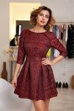 Mujer hermosa en el vestido sexy del cortocircuito de la tarde para el partido Fotografía de archivo libre de regalías