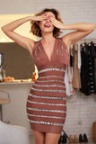 Mujer hermosa en el vestido sexy del cortocircuito de la tarde para el partido Imagen de archivo