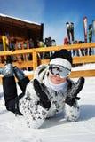 Mujer hermosa en estación de esquí Imagenes de archivo