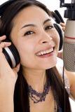 Mujer hermosa en estudio de los sonidos Fotos de archivo libres de regalías