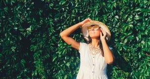 Mujer hermosa en gafas de sol el fondo salvaje de la pared de la uva fotos de archivo libres de regalías