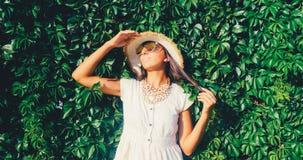 Mujer hermosa en gafas de sol el fondo salvaje de la pared de la uva imagenes de archivo
