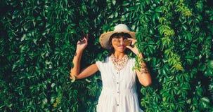 Mujer hermosa en gafas de sol el fondo salvaje de la pared de la uva imágenes de archivo libres de regalías