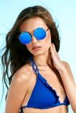 Mujer hermosa en gafas de sol elegantes en verano Foto de archivo
