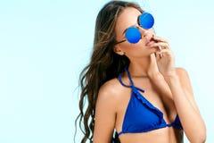 Mujer hermosa en gafas de sol elegantes en verano Fotos de archivo libres de regalías