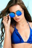 Mujer hermosa en gafas de sol elegantes en verano Imagen de archivo