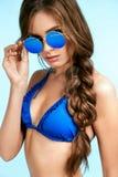 Mujer hermosa en gafas de sol elegantes en verano Fotografía de archivo libre de regalías