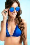 Mujer hermosa en gafas de sol elegantes en verano Imagen de archivo libre de regalías
