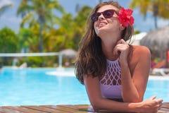 Mujer hermosa en gafas de sol en la piscina fotos de archivo libres de regalías
