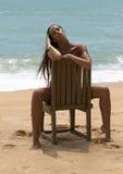 Mujer hermosa en gafas de sol y bikini rojo en la playa Mirada de la manera Señora atractiva Fotografía de archivo