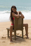 Mujer hermosa en gafas de sol y bikini rojo en la playa Mirada de la manera Señora atractiva Imagen de archivo libre de regalías