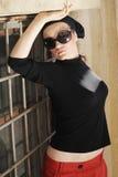 Mujer hermosa en gafas de sol y pañuelo Imágenes de archivo libres de regalías