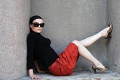 Mujer hermosa en gafas de sol y pañuelo Fotos de archivo