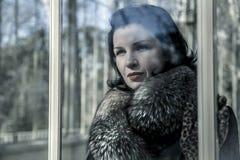 Mujer hermosa en invierno. Modelo de moda de la belleza Girl en un sombrero de piel Imagenes de archivo