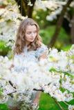 Mujer hermosa en jardín floreciente de la cereza Imágenes de archivo libres de regalías