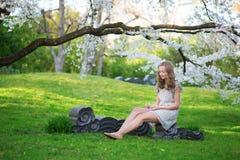 Mujer hermosa en jardín floreciente de la cereza Imagenes de archivo