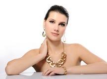 Mujer hermosa en joyería de oro imagen de archivo libre de regalías